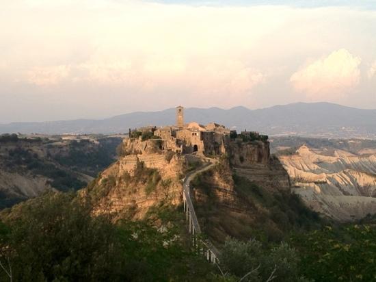 Civita di Bagnoregio, Italia: scattata dal belvedere posto in fronte al borgo