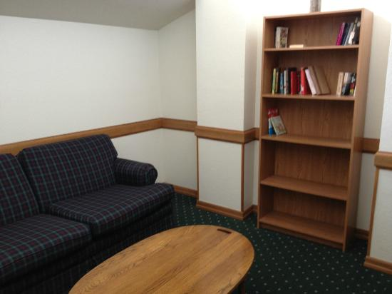 Americinn Lodge & Suites Elkhorn: Second floor library