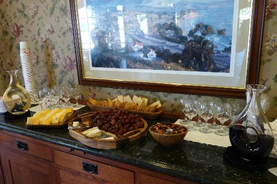 Brisas Del Mar, Inn At The Beach: Happy Hour at hotel