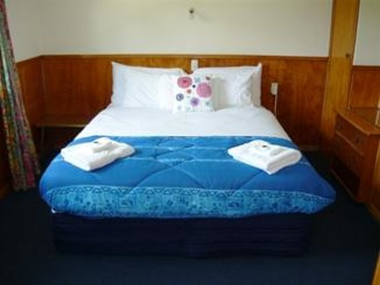 Otaki Motel: Queen size bed in all standard units