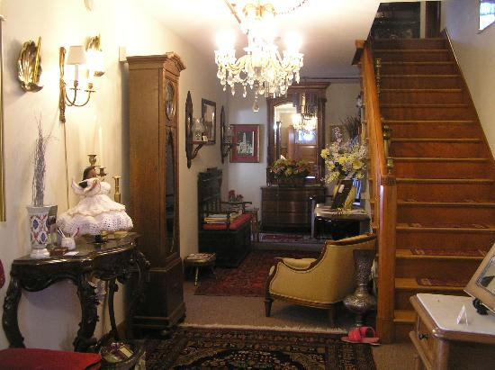 The Convent: Angels Nest Bed & Breakfast: Stop, look, listen, and enjoy the entryway hall