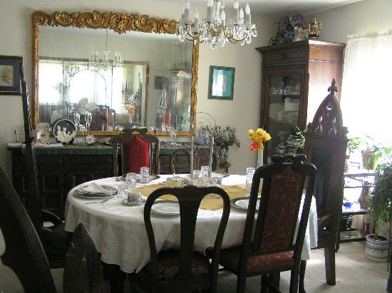 The Convent: Angels Nest Bed & Breakfast: Crystal, china, gilded mirrors, sun-filled windows, lace curtains, wonderful breakfast!