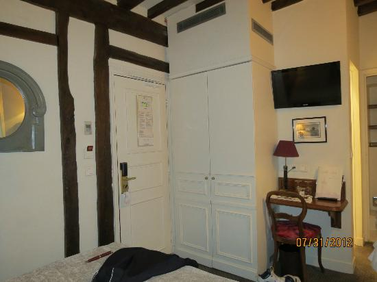 Hotel Louis 2: Looking at doorway from bed