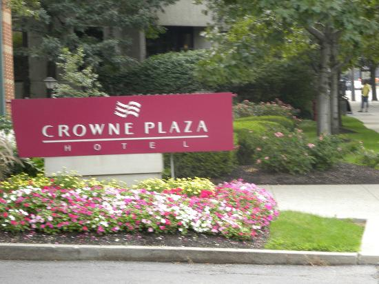 Crowne Plaza Columbus Downtown: Entry sign