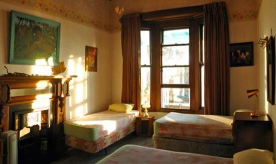 The Palace Backpackers: Large windows and ceilings fill our rooms with natural sunlight!