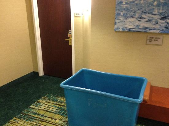 SpringHill Suites Raleigh-Durham Airport/Research Triangle Park: Trash bin outside the room