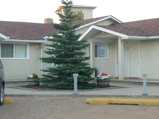 Hitching Post Motel: Outside of the motel