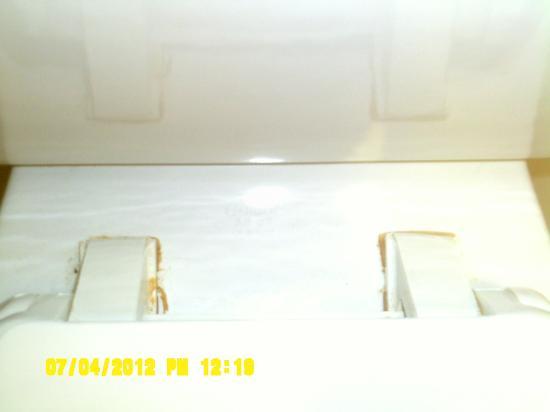 Days Inn - ST. Louis/Westport MO: Filth aound toilet seat lid where it attaches to toilet