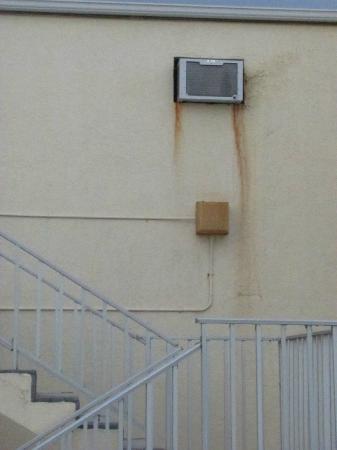 كوكوينا أون ذا بيتش: Outside of a room 
