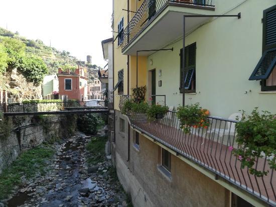 Camere Fontanavecchia: Pequeño arroyo frente al hotel