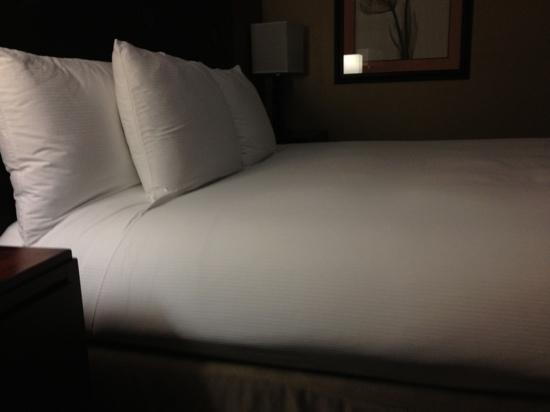 Hilton Charlotte Executive Park : concierge level bed