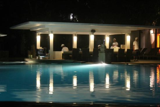 Bali Garden Beach Resort: Bar Pool occupied my myself everynight