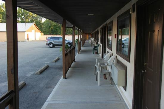 Capra Inn Motel: View of the Walk to Your Room