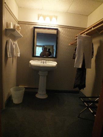 Northridge Inn & Resort: sink and closet