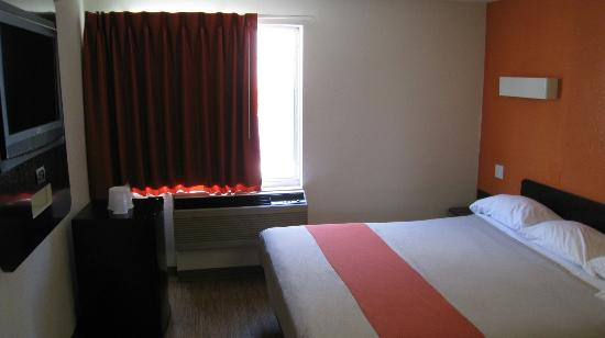 Motel 6 Los Angeles - Hollywood: Room facing the window; HDTV on the left