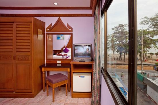 Patong Beach Bed and Breakfast: Sea View Room - open the windows and let the sea breeze in