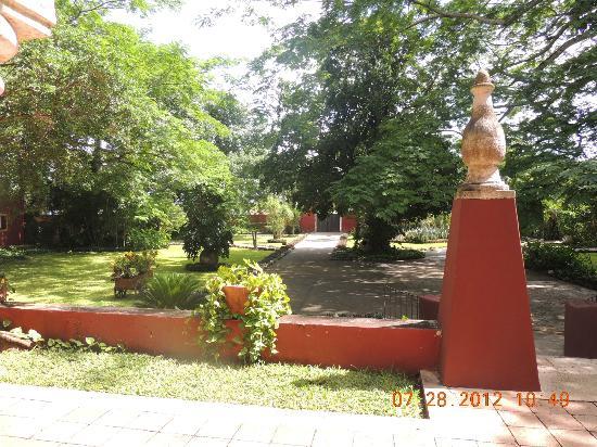 Hacienda Misne: Front courtyard