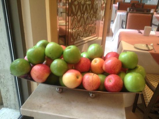 Makkah Hilton Towers: Fresh and crunchy apples