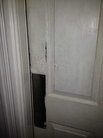 Water Street Inn: Filthy Door
