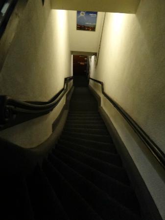 Hotel Aspen: Escalera y puerta de entrada