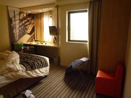 room 1 doublobed room picture of mercure paris. Black Bedroom Furniture Sets. Home Design Ideas