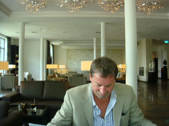Relais & Châteaux Hotel Burg Schwarzenstein: enjoying the lobby