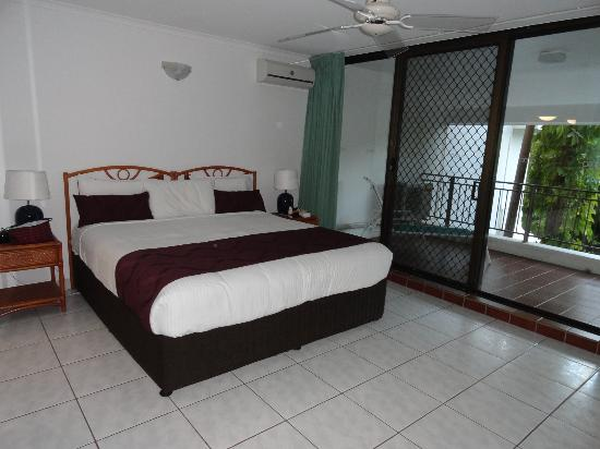 Roydon Beachfront Apartments : main bedroom