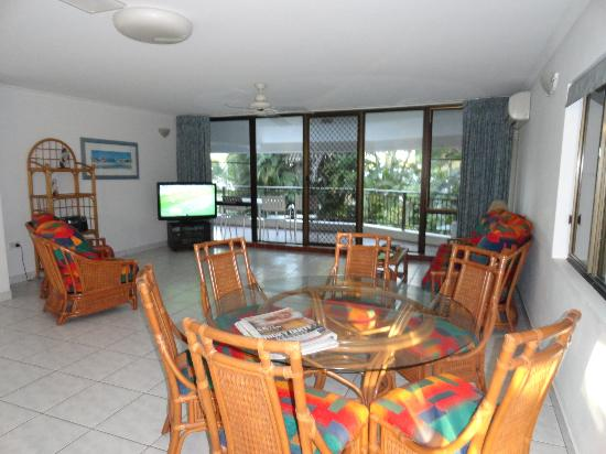Roydon Beachfront Apartments: lounge and dining area