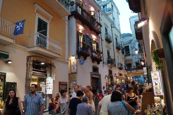 Hotel Amalfi : Вид на отель с главной улицы