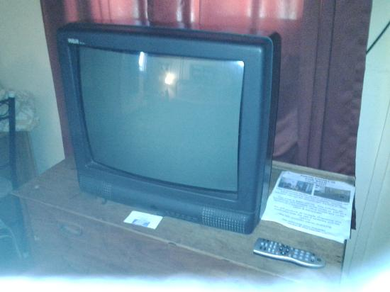 Pinon Court Cabins : Old tv with bad reception.