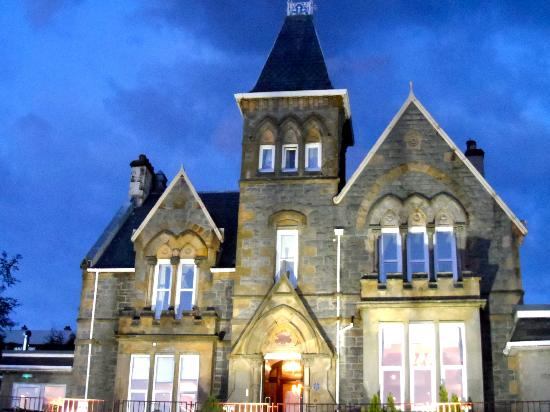 Cruachan Hotel: Pretty at night!
