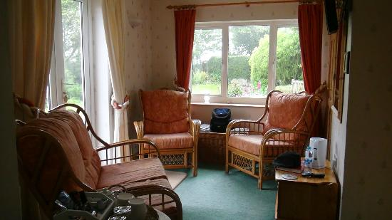 West Point B&B: Very nice sitting room off bedroom with nice view of gardens