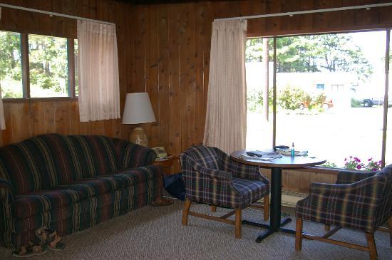 Ocean Crest Resort: Livingroom, dining area