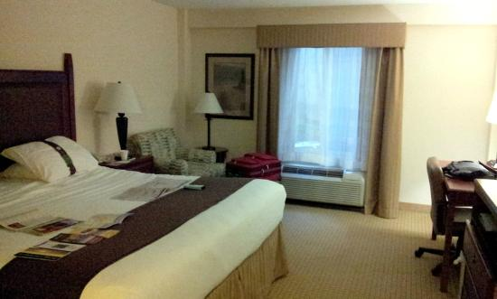 Holiday Inn Hotel & Suites Asheville Downtown: nice bedding, stuffed chair and ottoman.