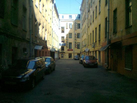 Nevsky Breeze Hotel: accesso hotel dal retro