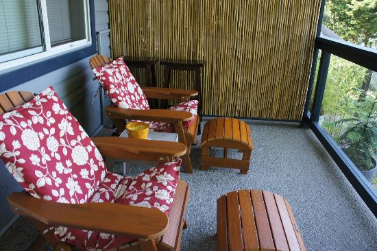 Takahashi Gardens Waterfront Retreat: deck chairs