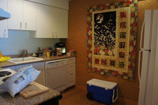 Takahashi Gardens Waterfront Retreat: kitchen