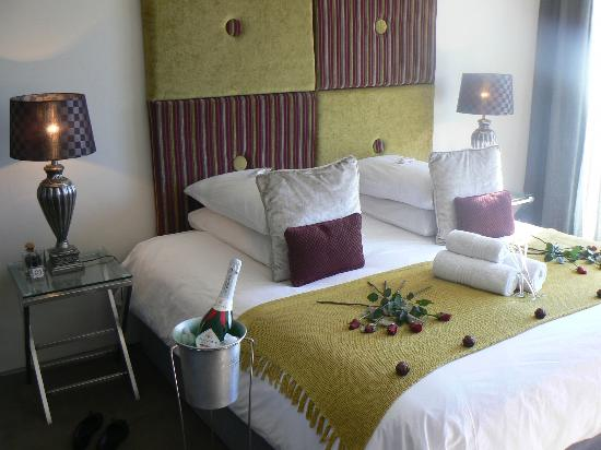 Azamare Guesthouse: Triton room with champagne & choccies & roses