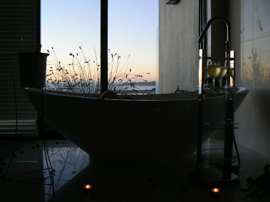 Azamare Guesthouse: Bath tub view