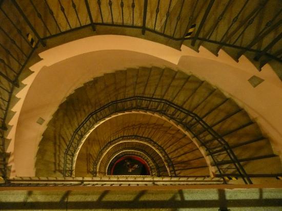 EA Hotel Sonata: les escaliers....mais l'ascenseur fonctionne bien!!!!