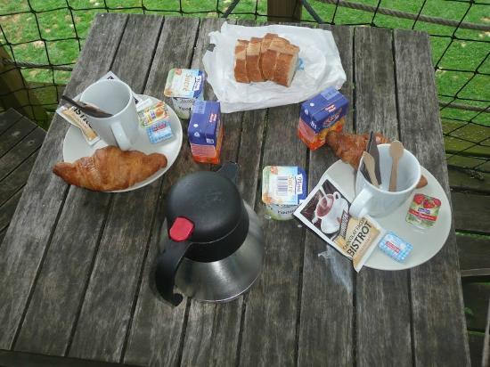 Domaine De Poiseuil: Le petit déjeuné apporté dans un panier