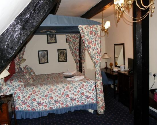 The Speech House Hotel: Our four-poster bed 