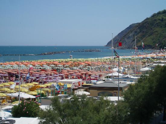 Hotel Resort Marinella : Spiaggia Gabicce con Gabicce monte