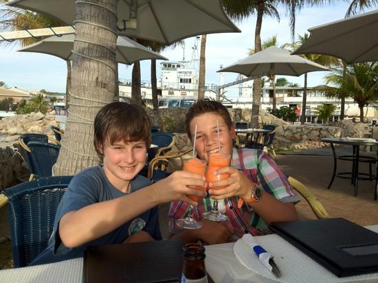 Augusto's Restaurant: unsere Kids mit alkoholfreien Cocktails