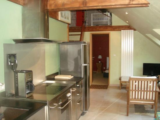 Gites Kerikel: coin cuisine , vue vers les chambres