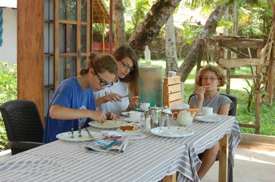Ashtamudi Villas: guests enjoying breakfast
