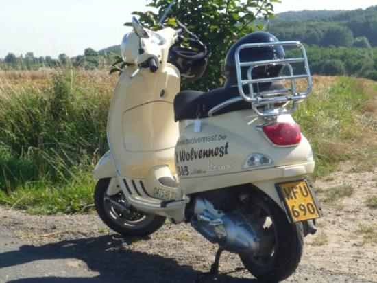 Bed and Breakfast 't Wolvennest: Vespa verhuur