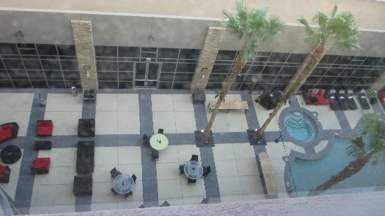 Renaissance Las Vegas Hotel: view of pool courtyard