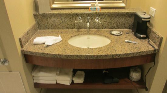 Renaissance Las Vegas Hotel: granite sink