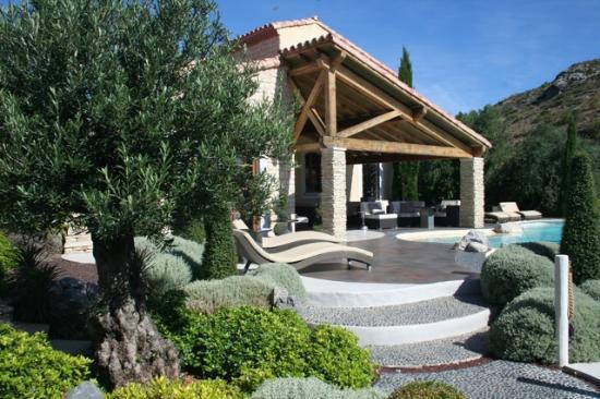 Hotel Troiz : Pool side lounge area